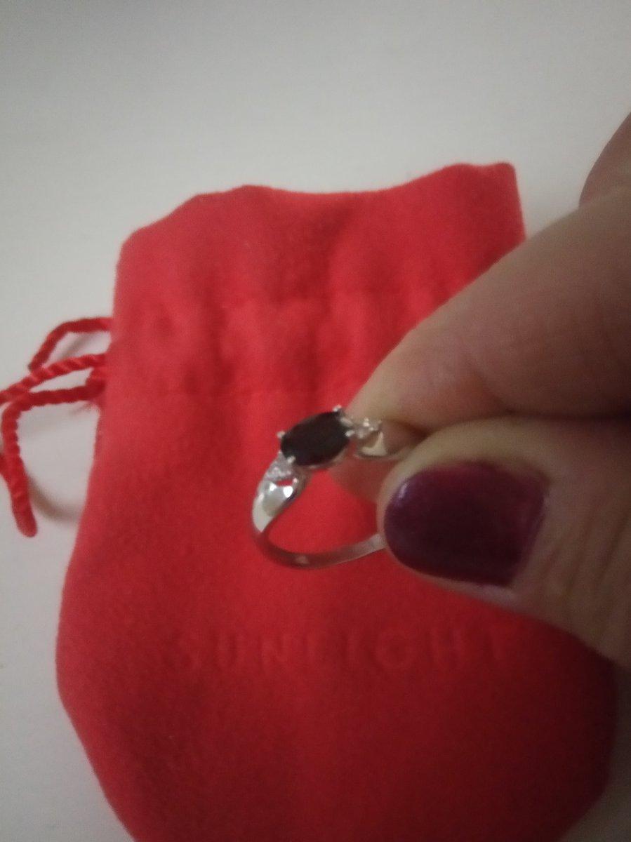 Серебренное прелестное кольцо с фианитами и гранатом