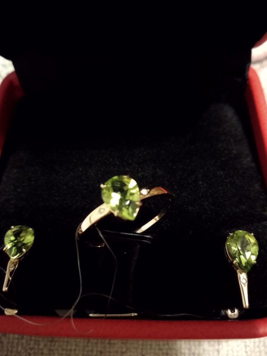 Золотые серьги с хризолитом и двумя бриллиантами