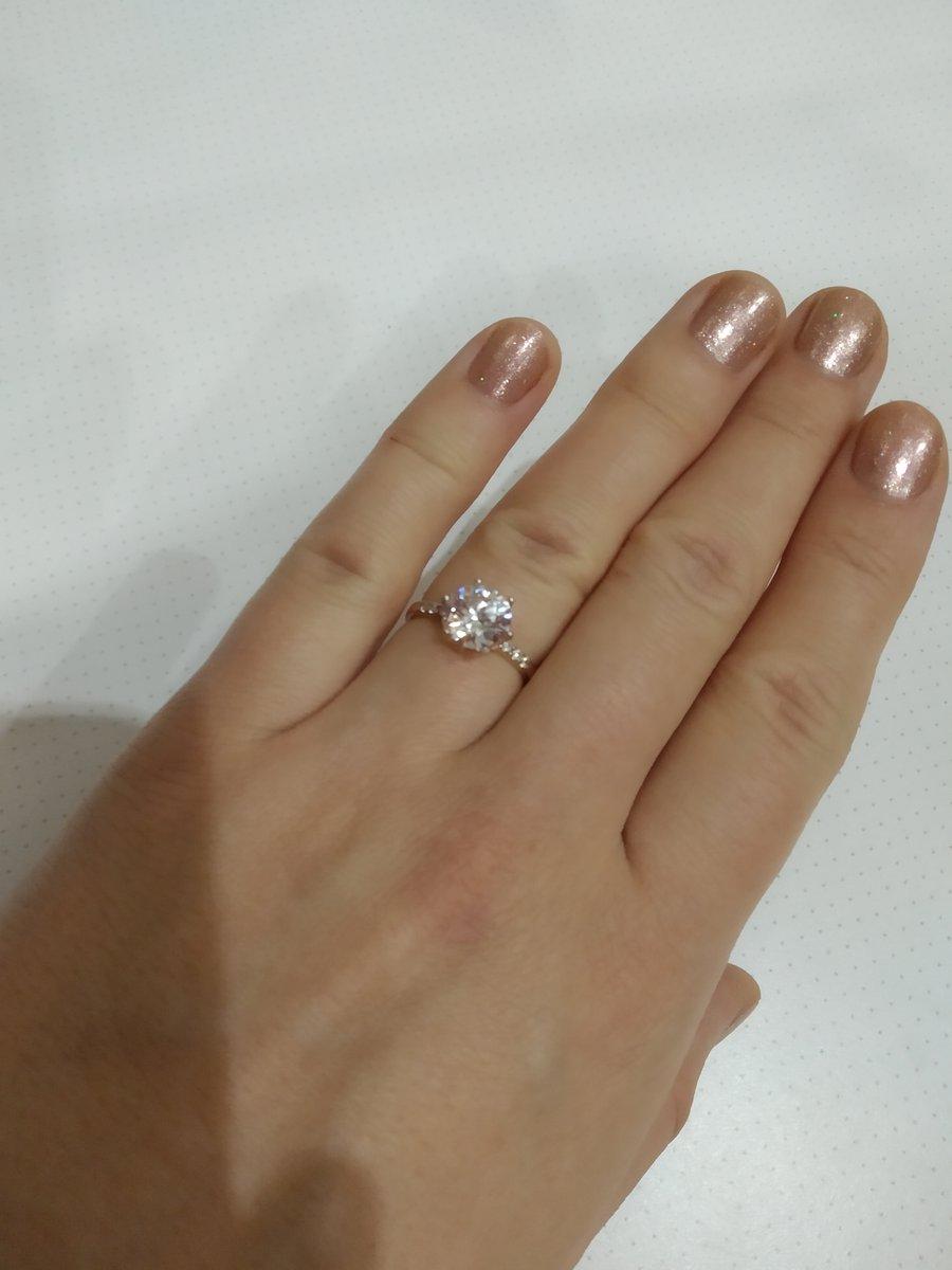 Кольцо очень красиво блестии