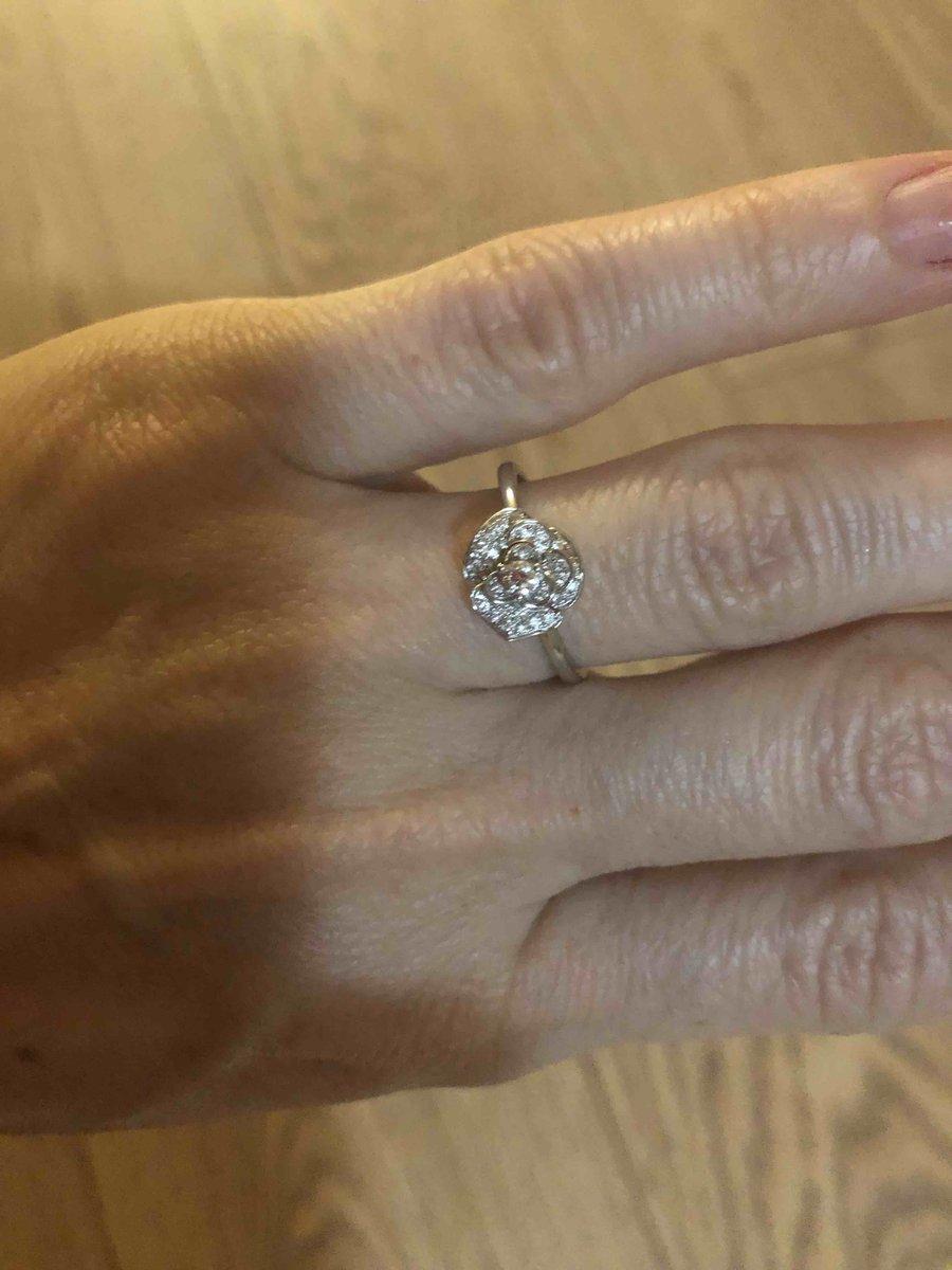 Кольцо бриллиантовое в форме цветка