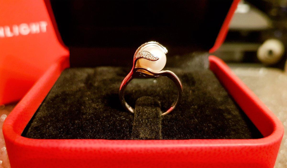 Кольцо с жемчугом из белого золота и бриллиантами