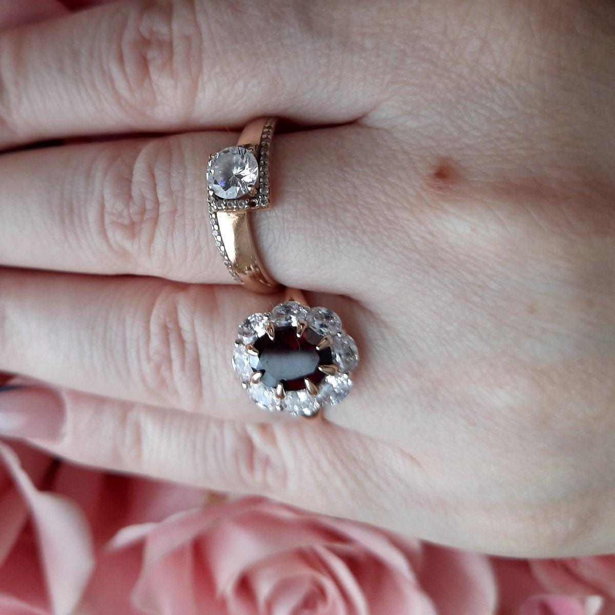 Золотое кольцо с фанатами и гранатом