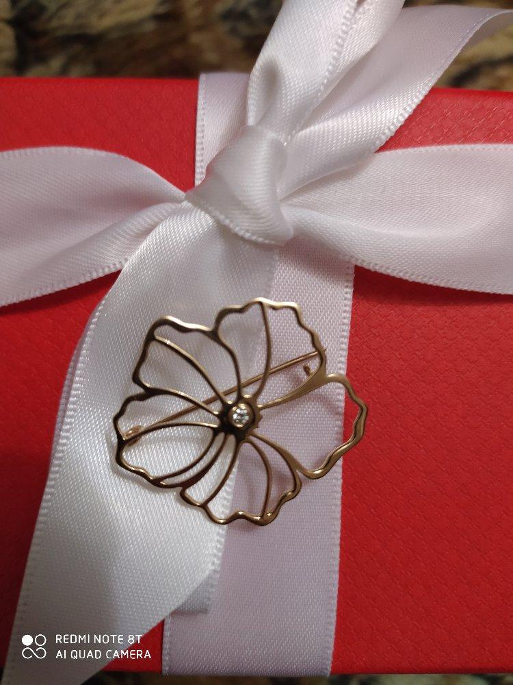 Золотая брошь с бриллиантом.