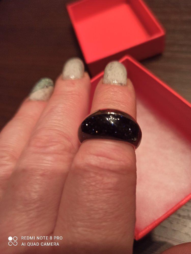 Серебряное кольцо сверкает