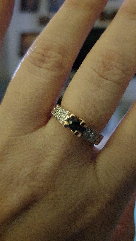 Очень красивое кольцо, удобное, сверкают брильянты.