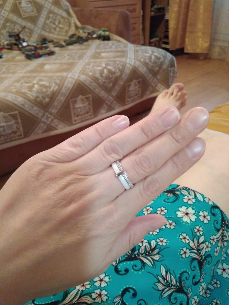 Серебряное кольцо с фианитами и белой керамикой.