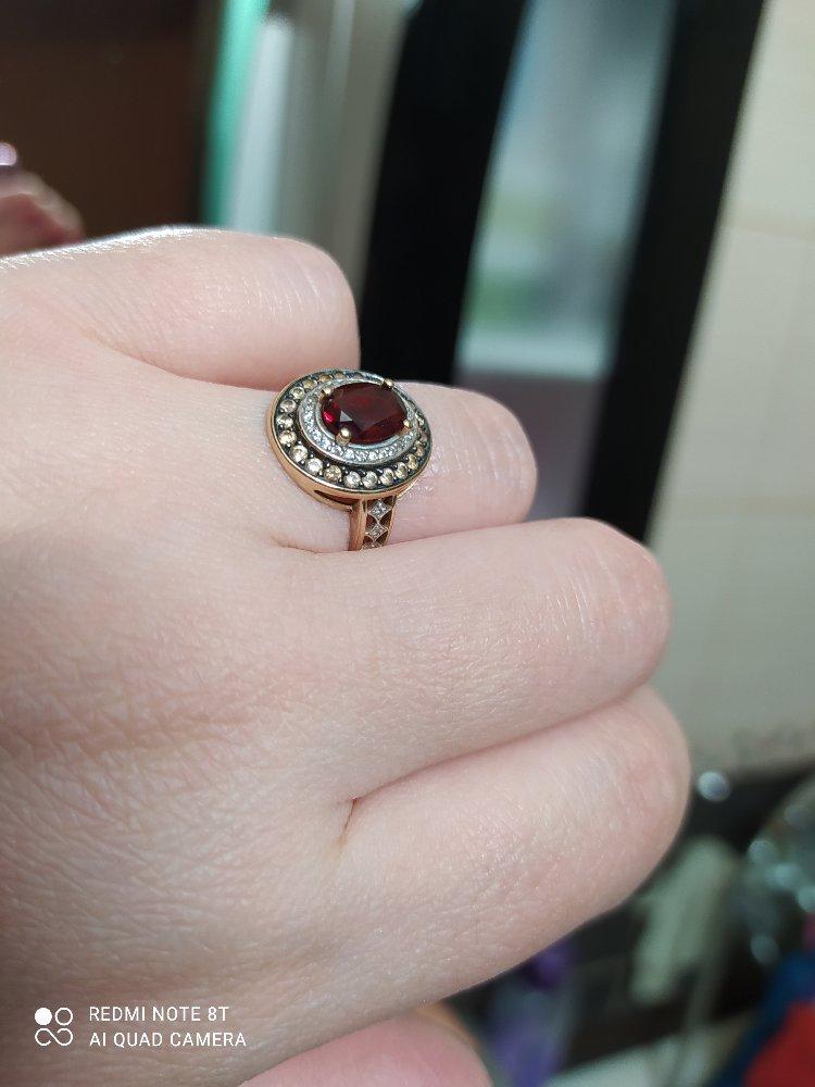 Кольцо с гранатом обрамлен фианитами, золотое кольцо