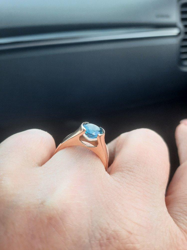 Достойное кольцо, пленяющее взгляд.