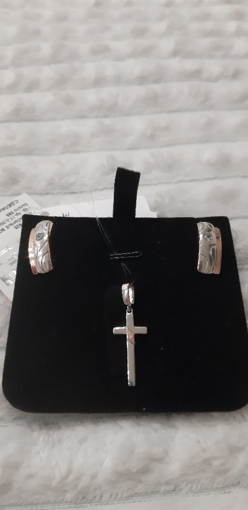 Серебряный крестик с вставкой золота и бриллиантом