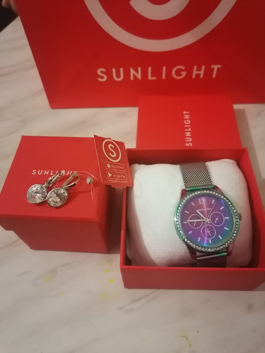 Серёжки и часы просто очарование смотрится дорого и фиирично .