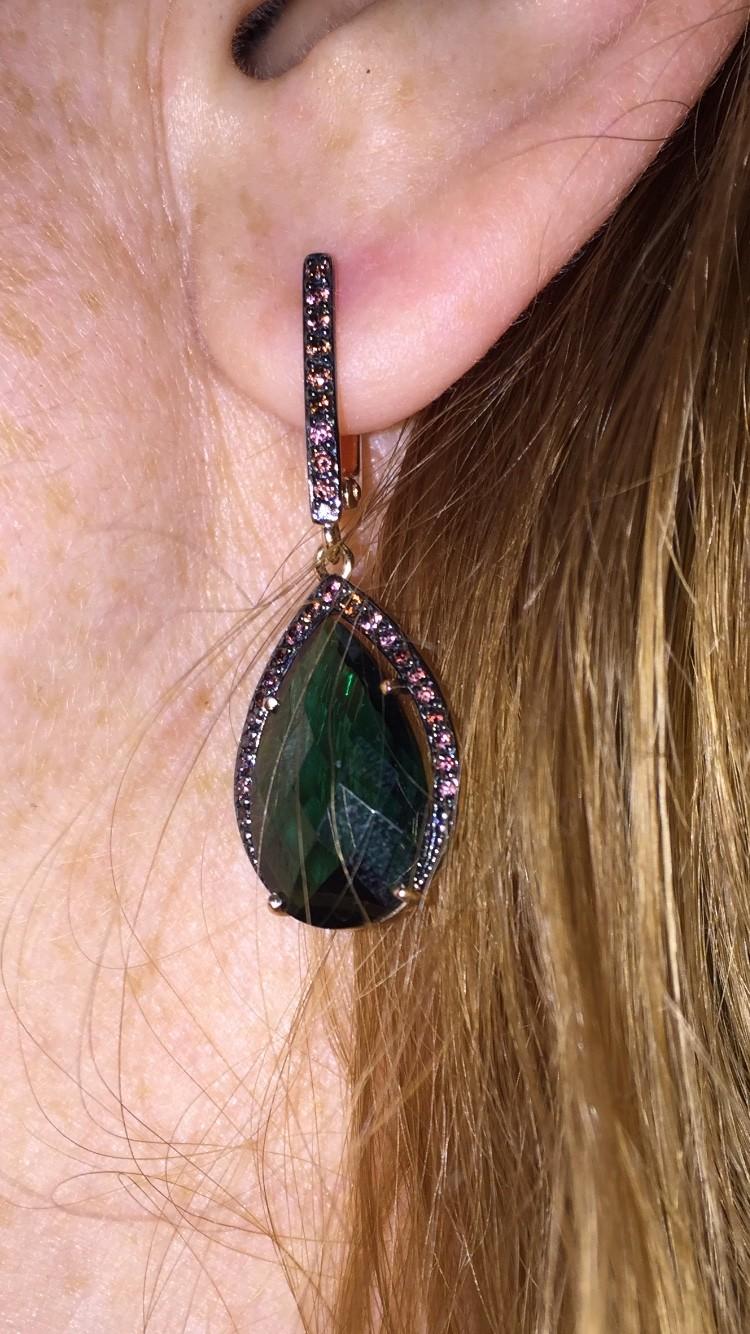 Шикарные серьги с камнем глубокого зеленого цвета