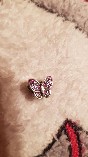 Блестящая бабочка-шарм с фианитиками.