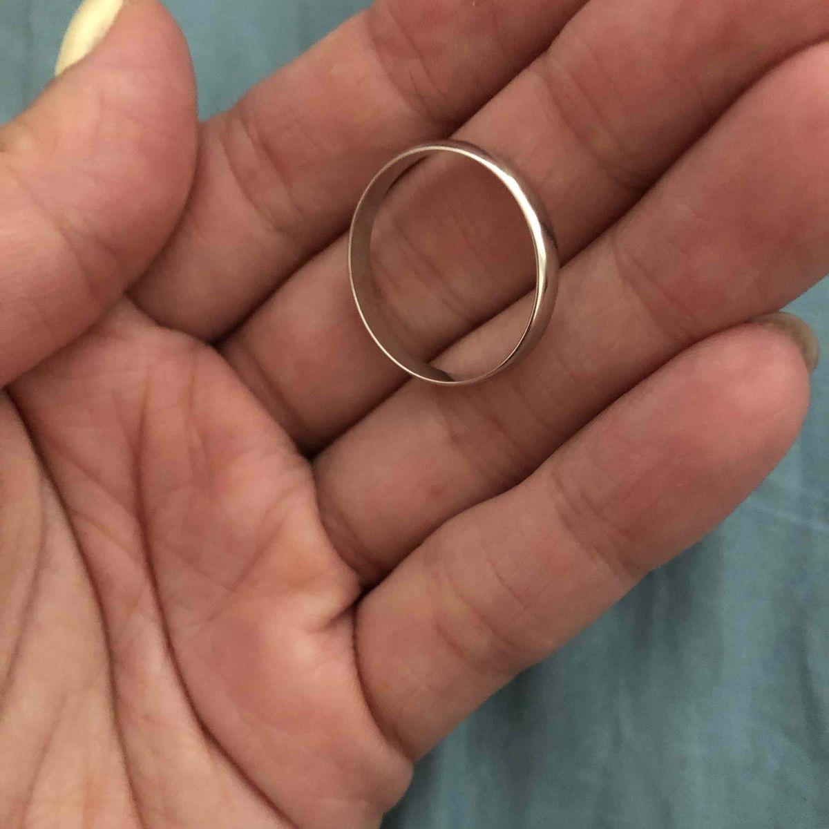 Муж носит кольцо