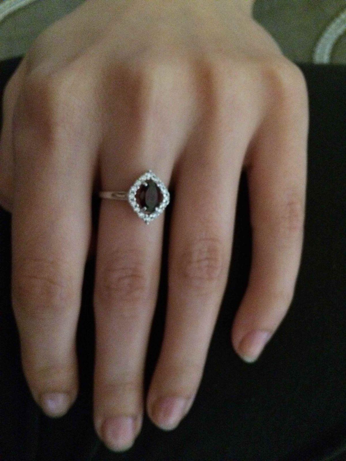 Красивое кольцо с красным камнем