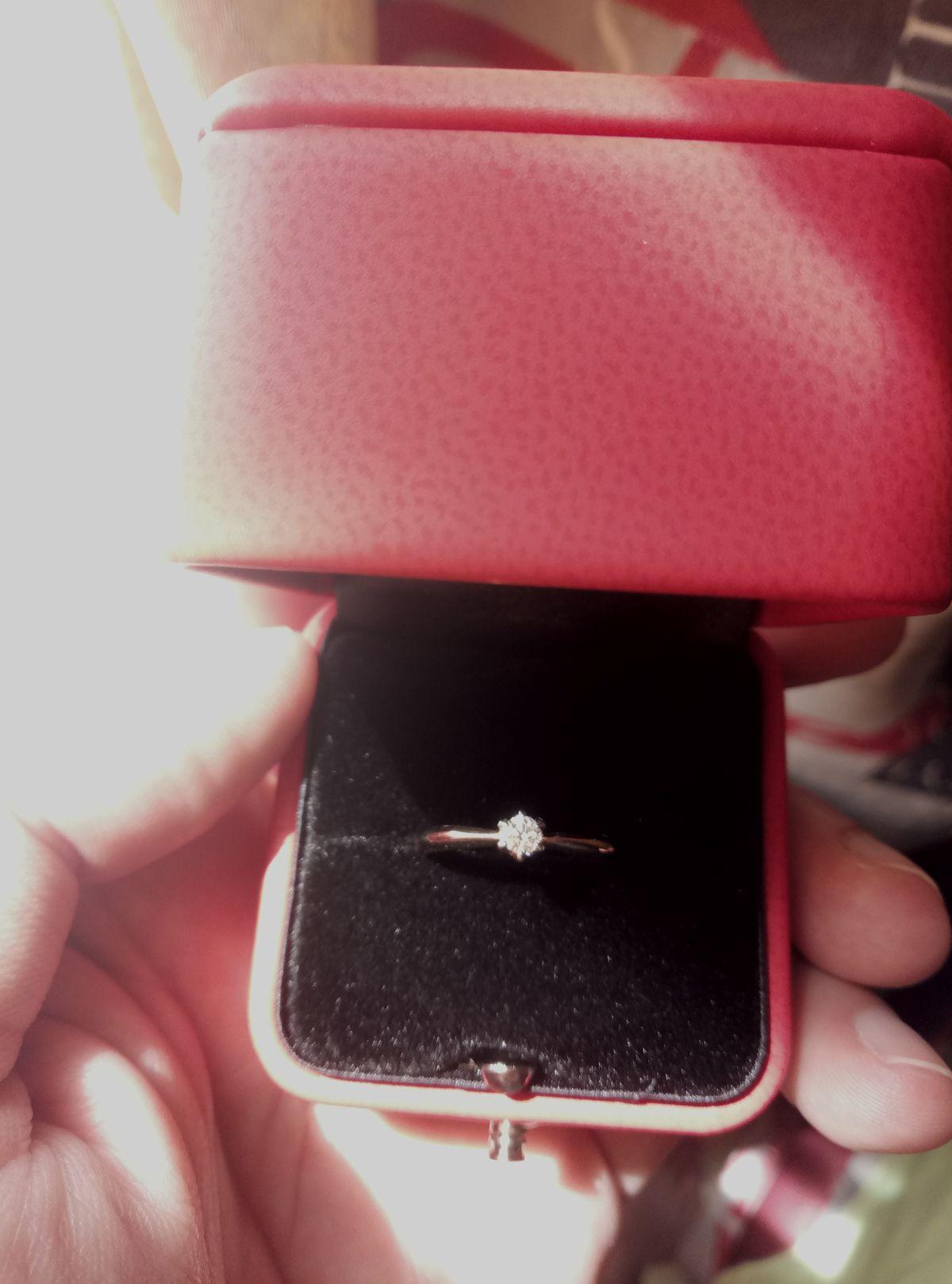 Кольцо с бриллиантом великолепно