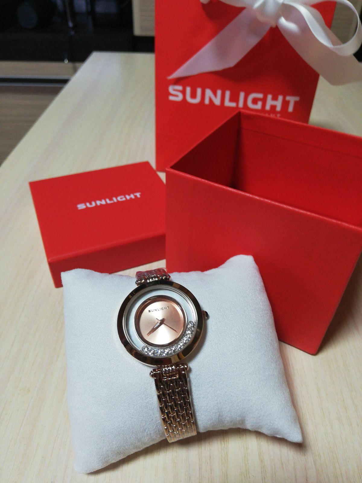 Женские часы с танцующими кристаллами на металическом браслете (золотого цв
