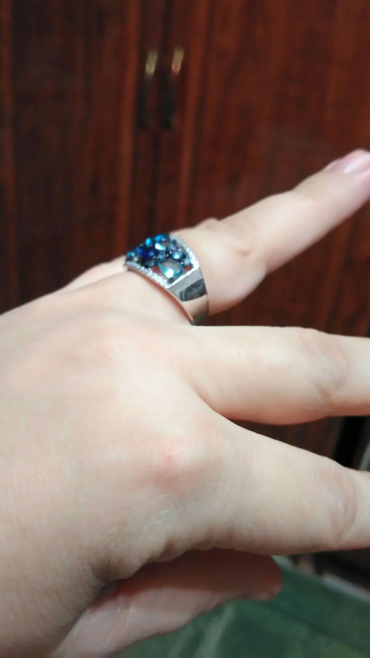 Шикарное кольцо, смотрится дорого, я влюбилась в этот голубой цвет.