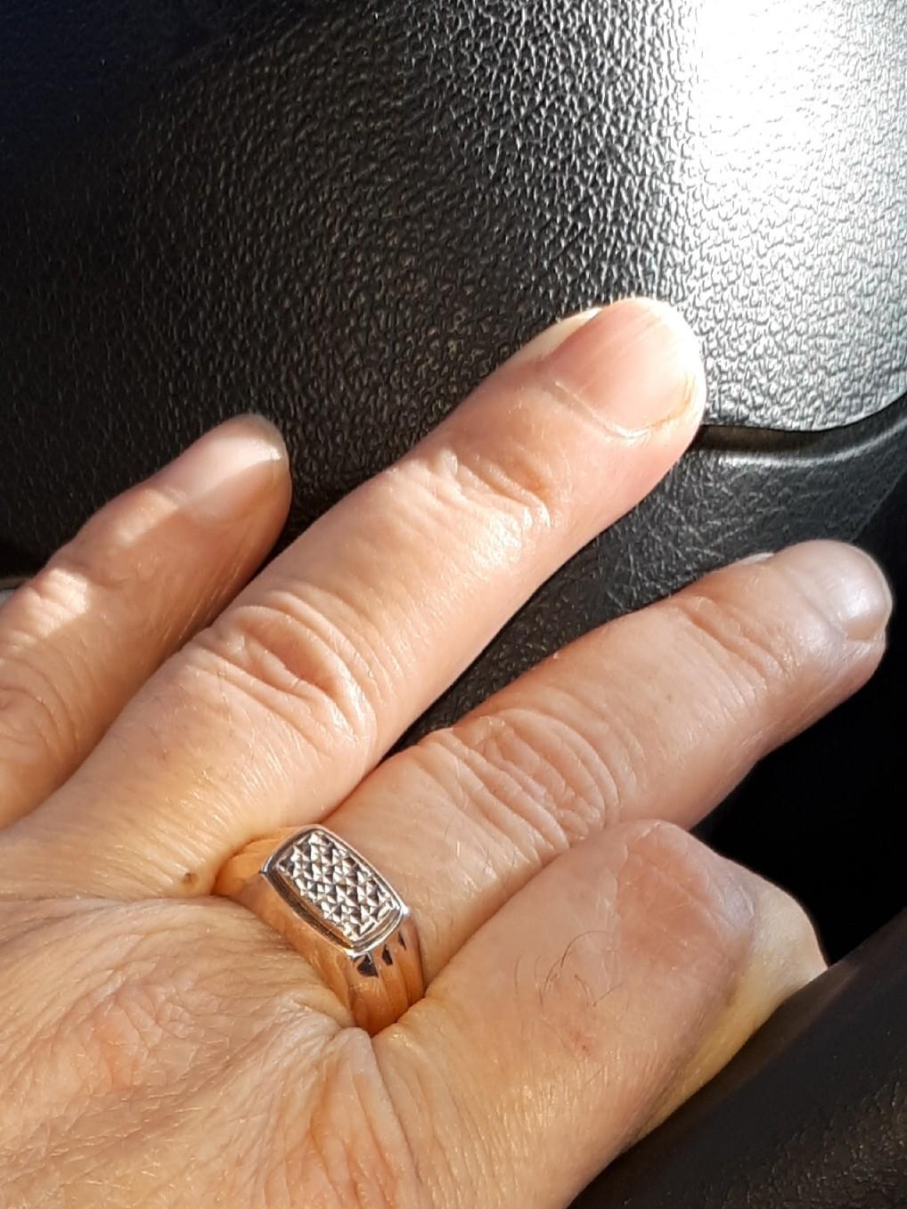 Кольцо купила мужу в подарок