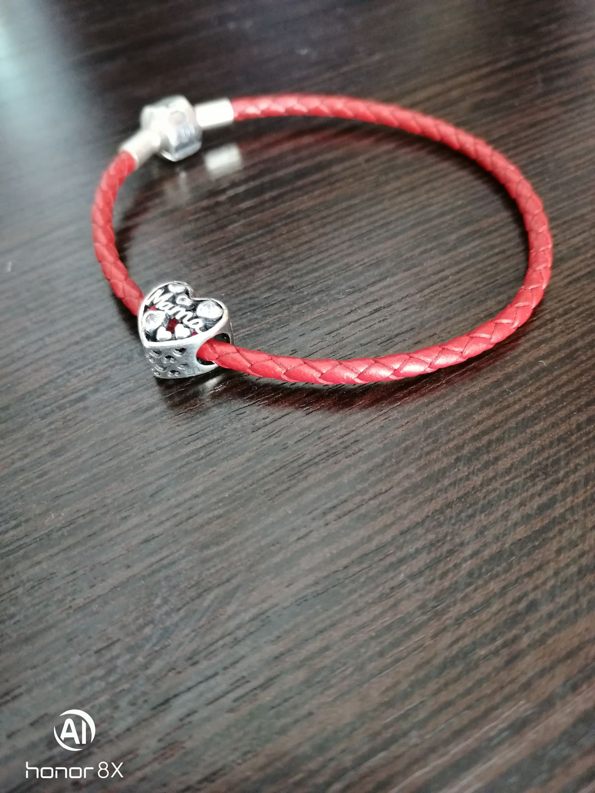 Красный кожаный браслет, с серебряным замочком.