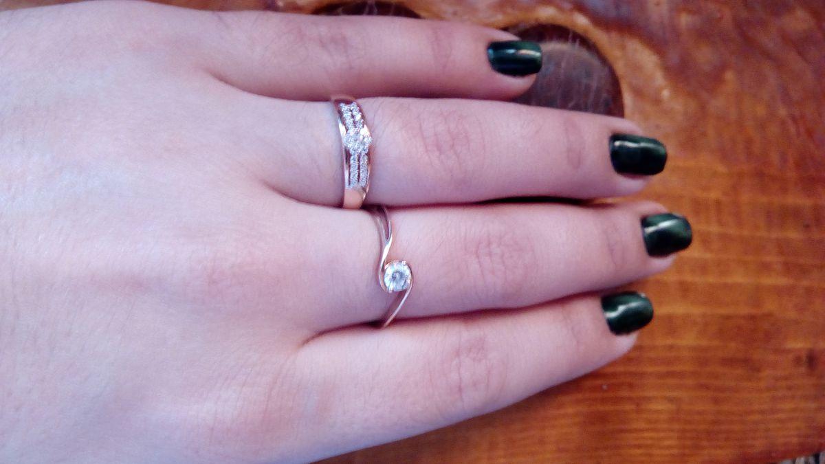 Отличное кольцо, ношу не снимая! Не тонкое, красивое, нежное.