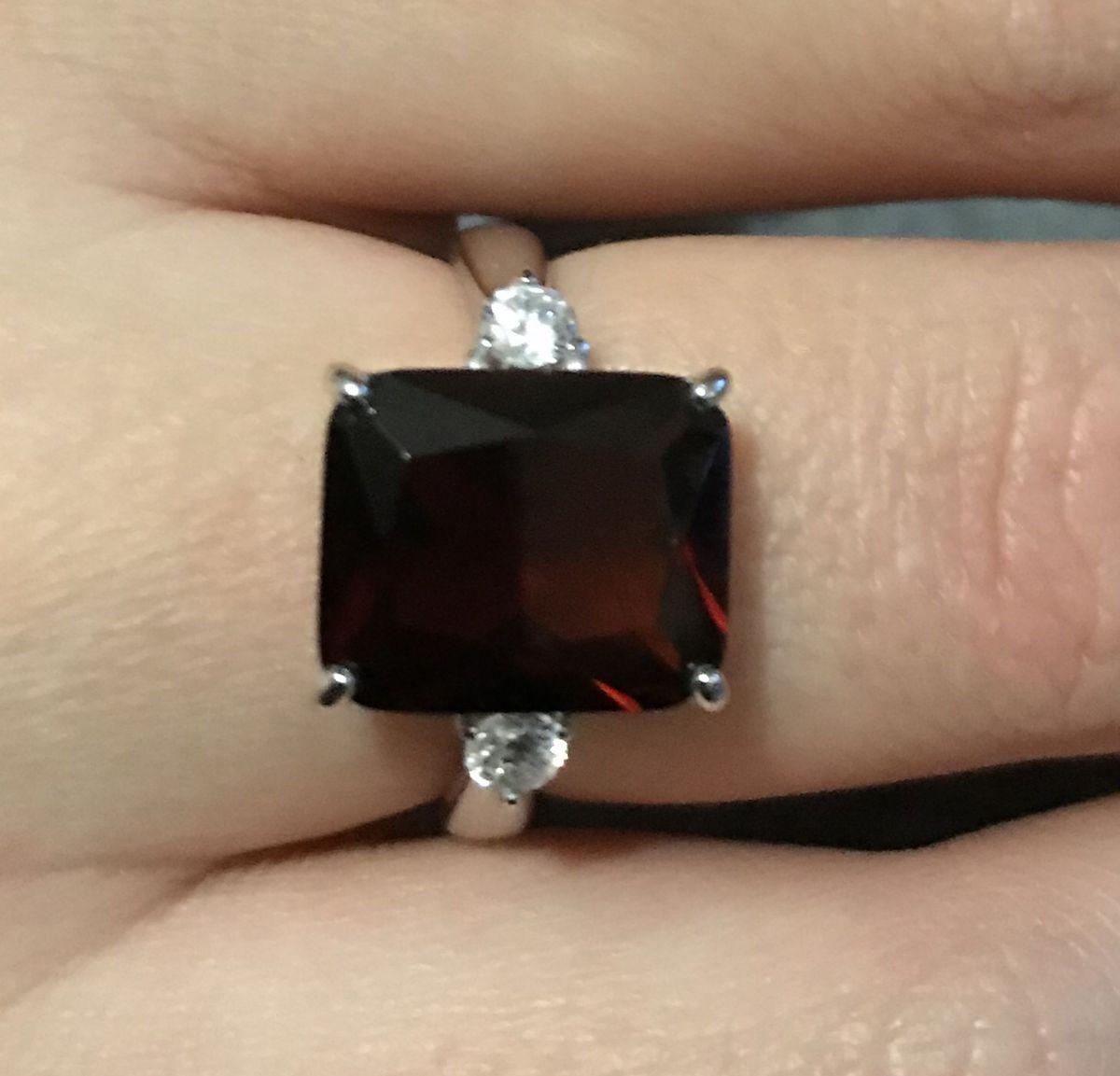 Серебряное кольцо с наноситалами гранатами.