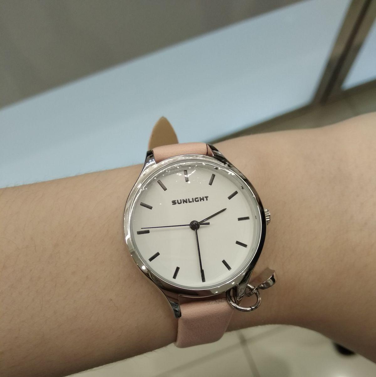 Женские часы с подвеской на кожаном ремне.