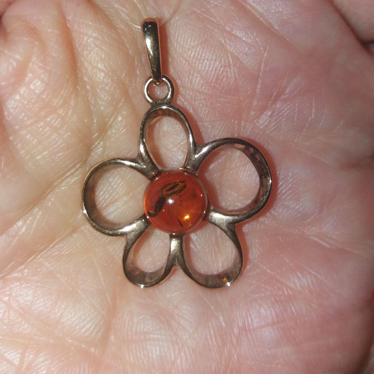 Изысканный цветочек с янтарем