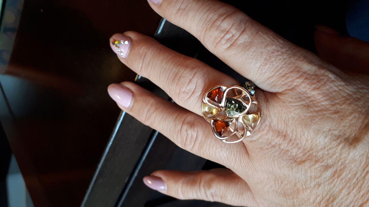 Кольцо с янтариками.