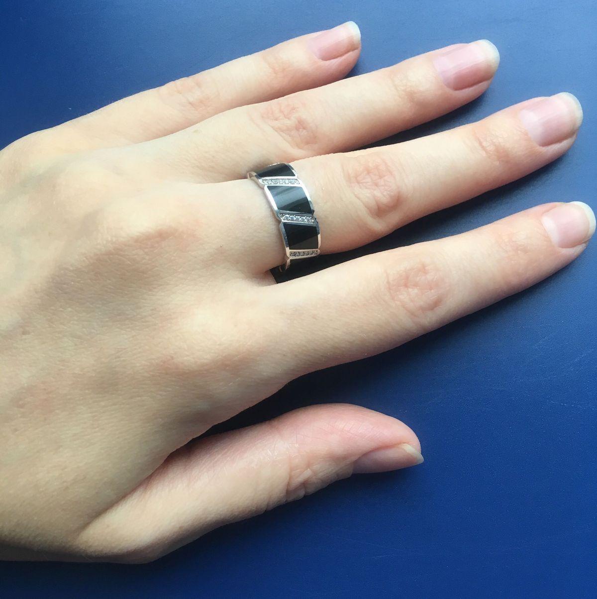 Монохромное кольцо в стиле минимализм
