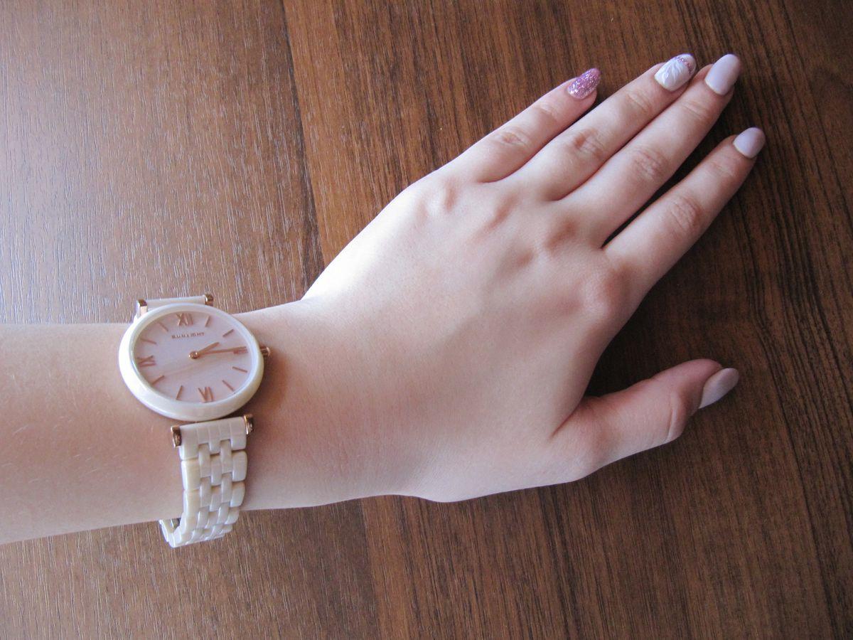 Нежные часы на девичью руку.