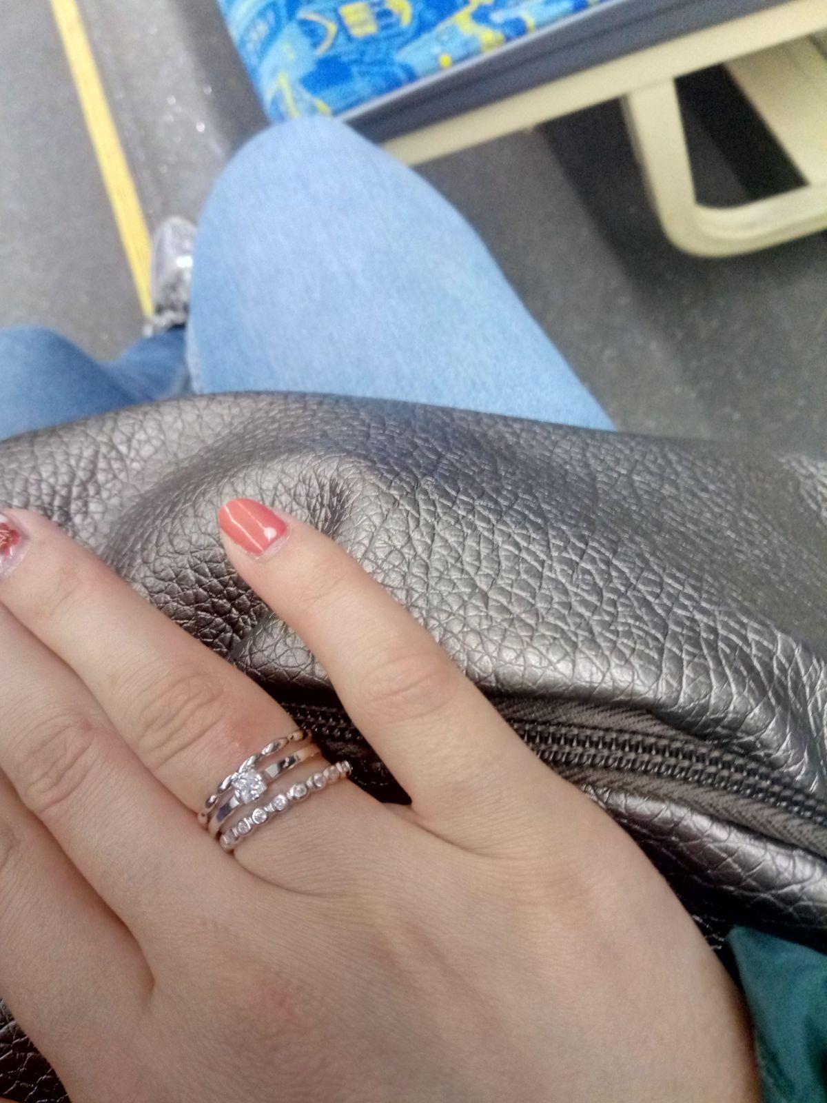 Серебристое кольцо, как обручальное кольцо.