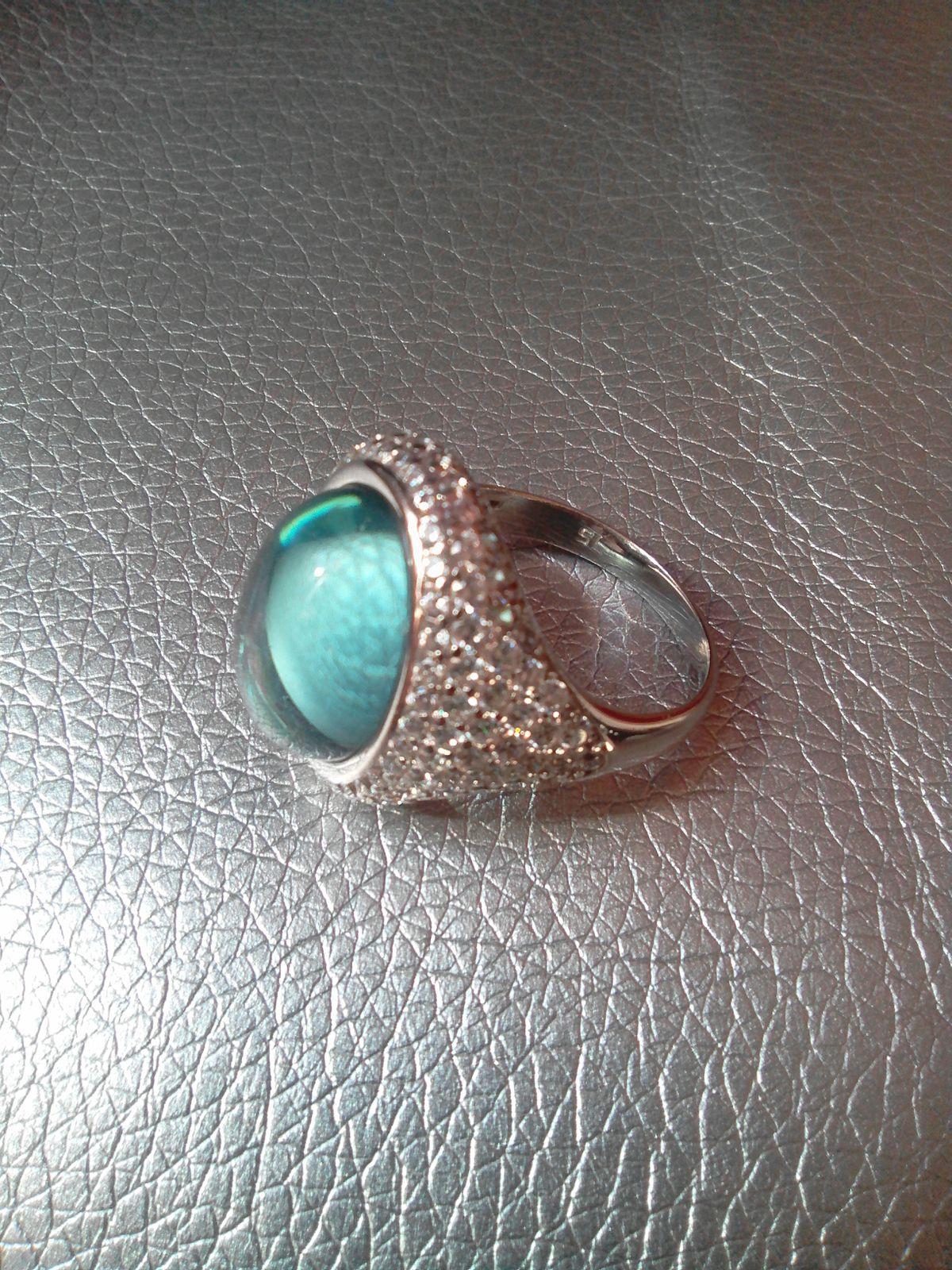 Перстень с камнем цвета моря.