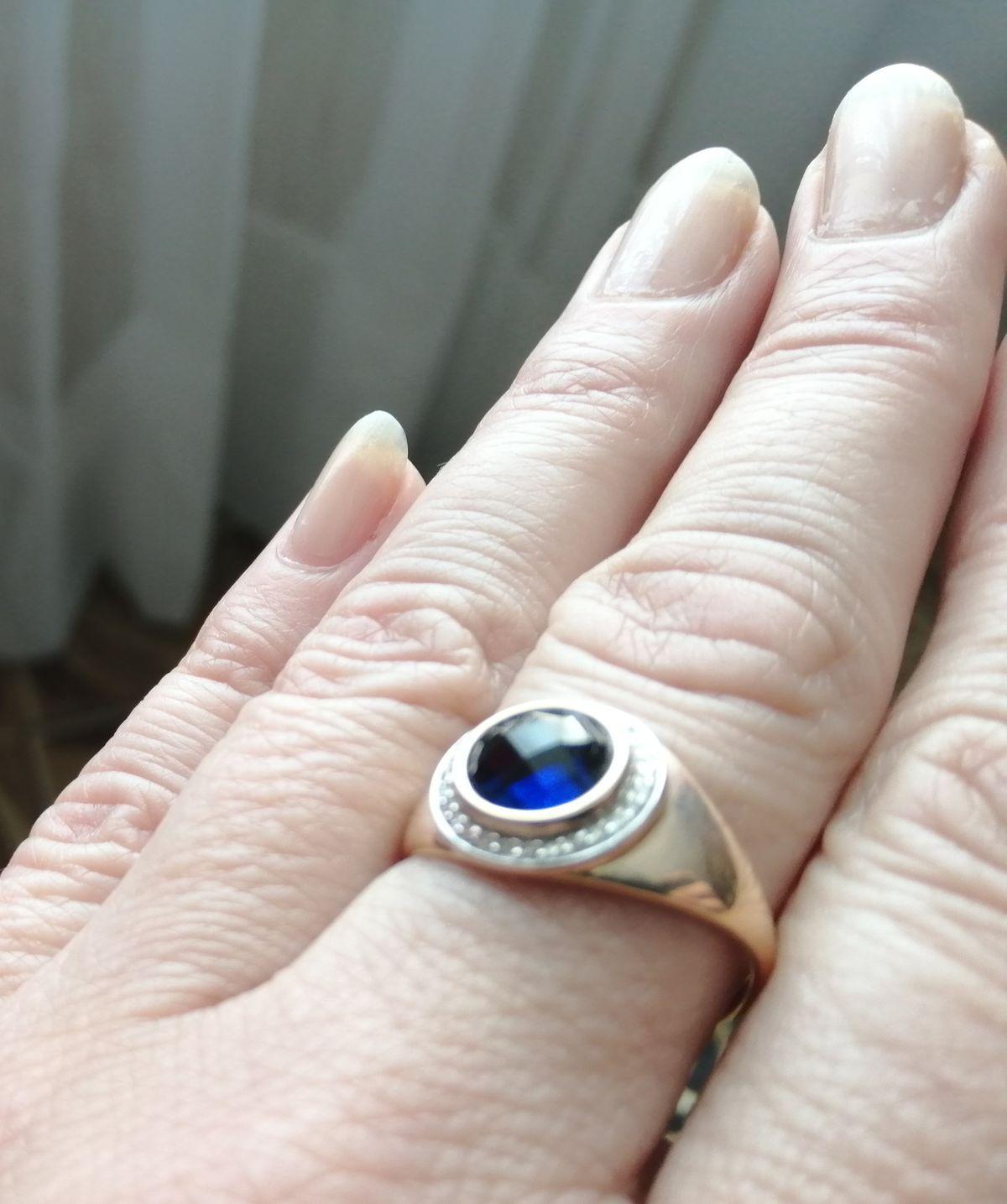 Золотое кольцо с сапфиром и  бриллиантами богато и красиво смотрится.