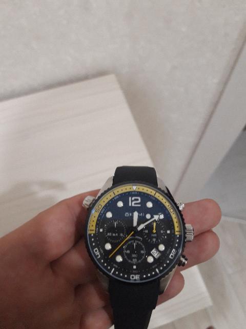 Часы очень хорошо сидят на руке.