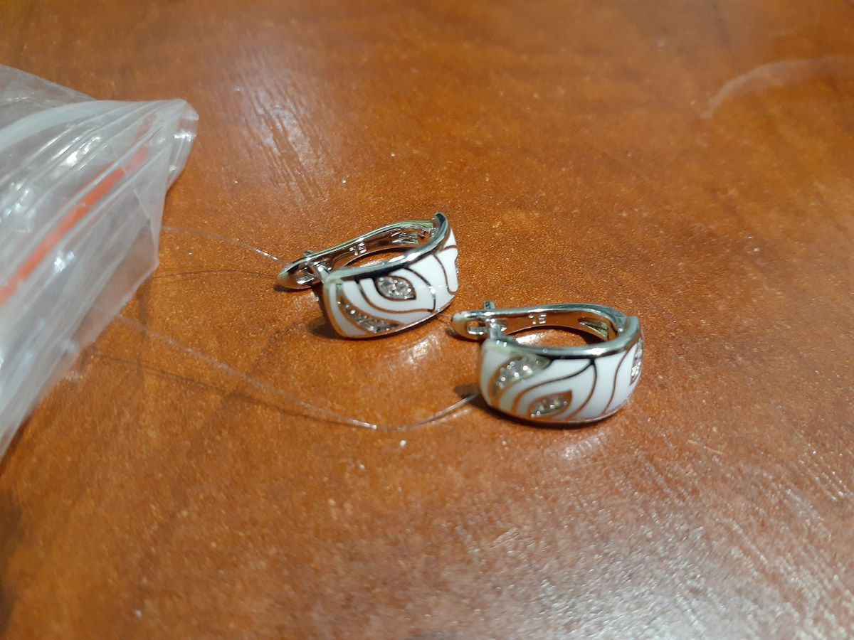 Серьги серебро с белым рисунком.