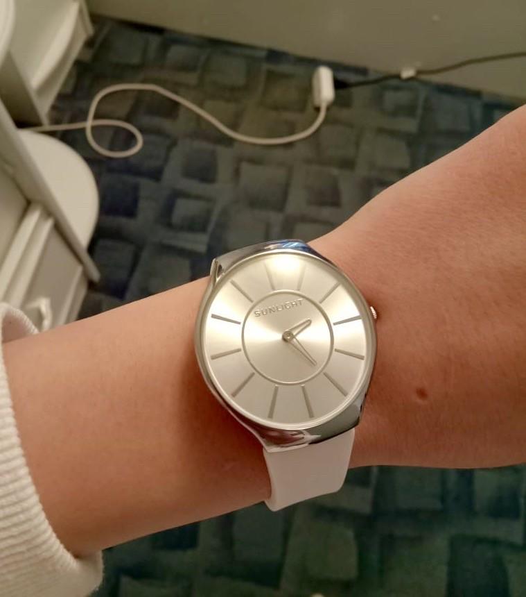 Женские часы на резиновом ремешке