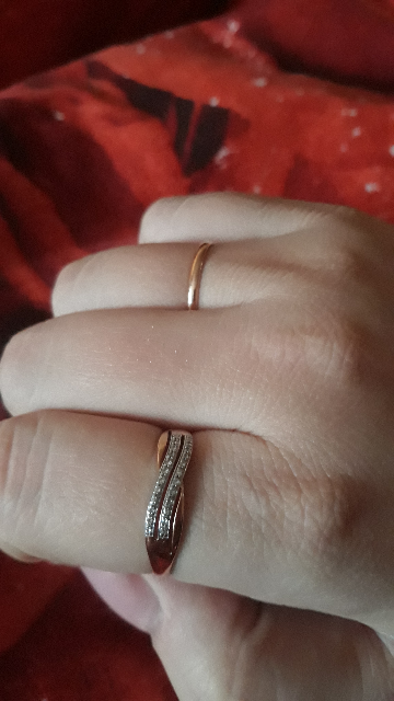 Красивое кольцо с небольшими бриллиантами.