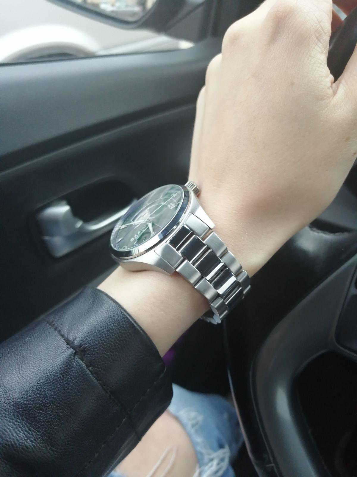 Мужские часы на женщине