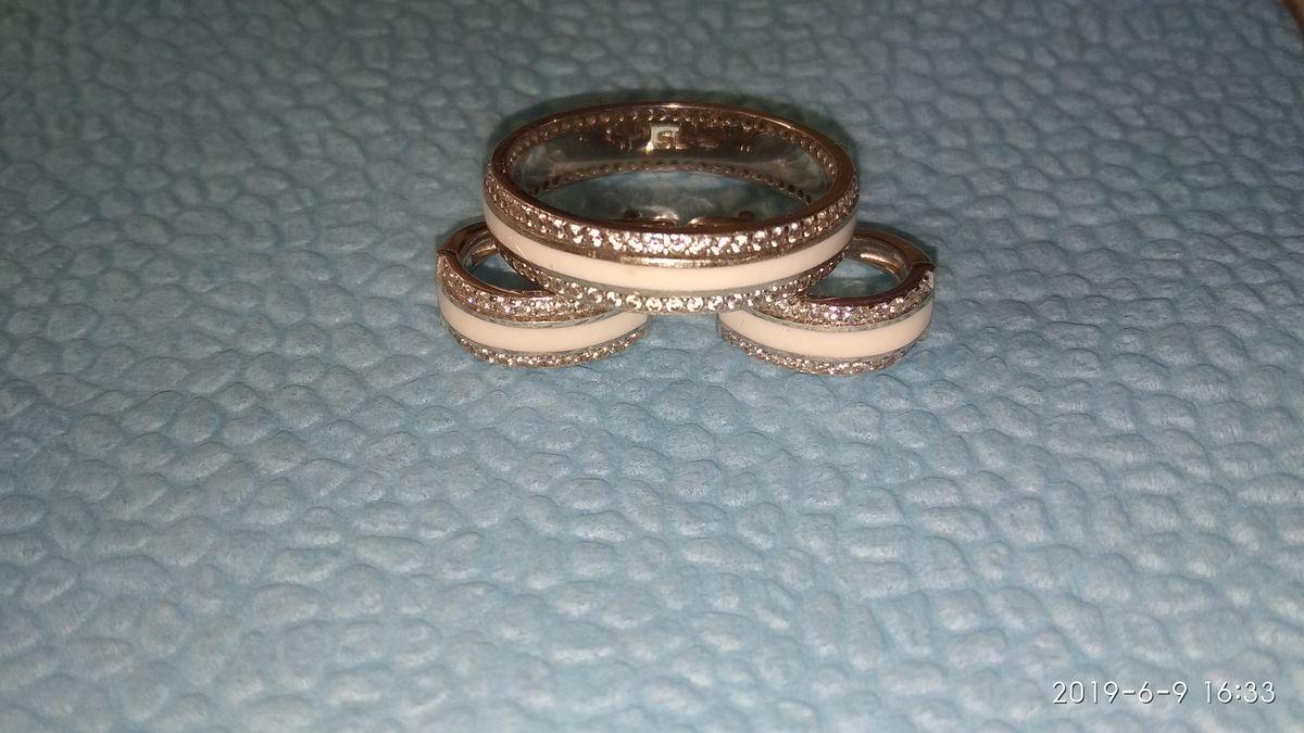 Кольцо с эмалью и фианитами.