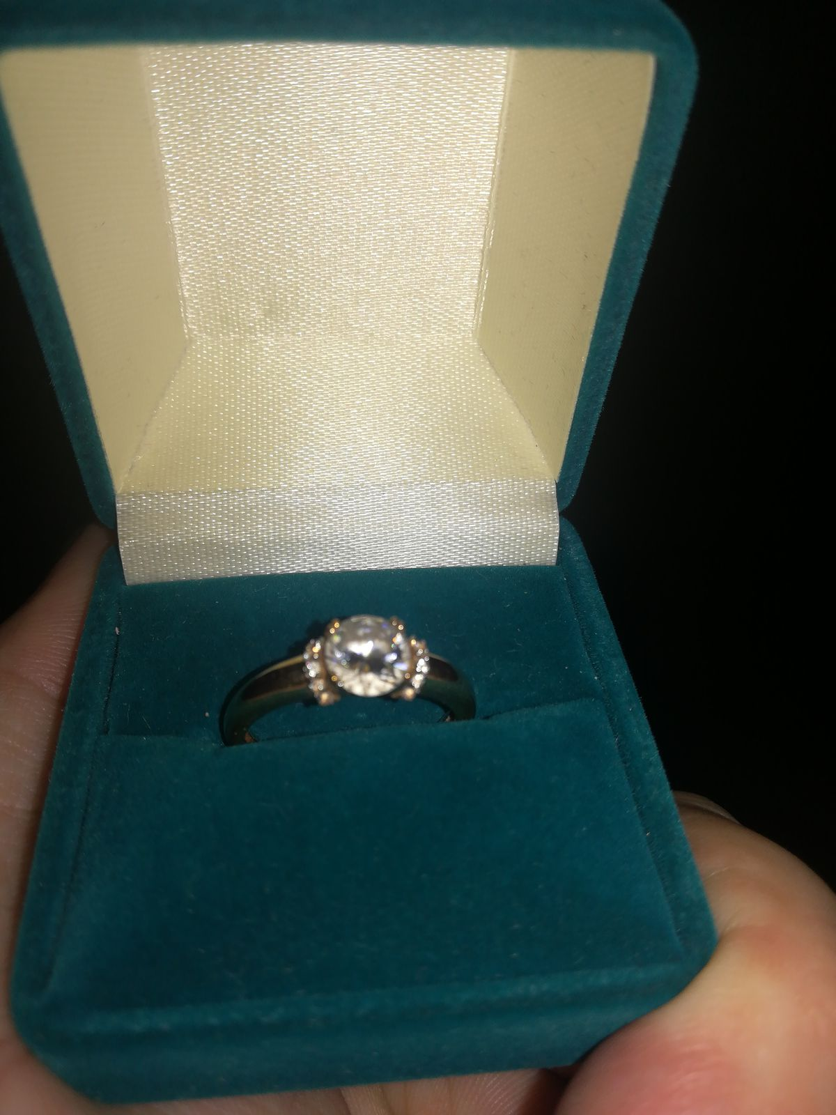 Красивое, сверкающее кольцо))