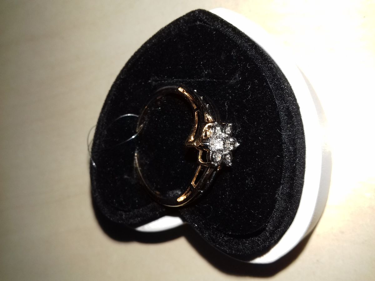 Кольцо из розового золота с бриллиантами.