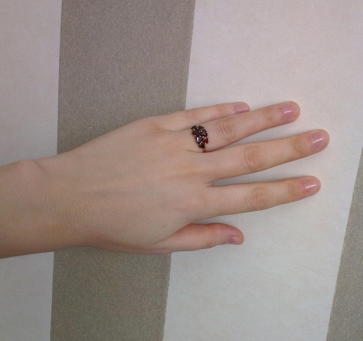 Кольцо с гранатами
