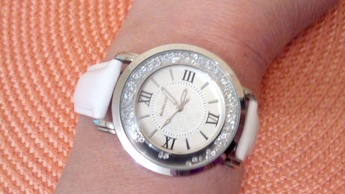 Часики с кристаллами на белом ремешке.