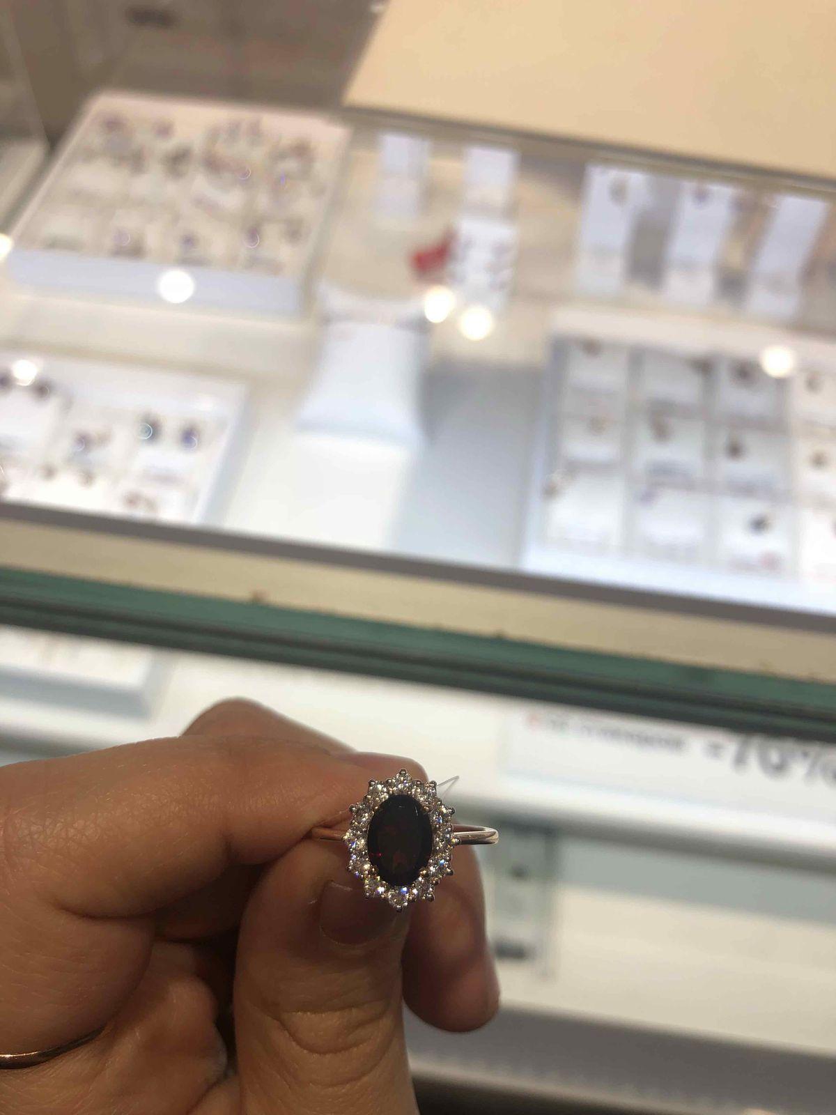Красивое кольцо с гранатом.