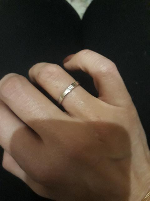 Кольцо из белого золота с маленьким брюликом.
