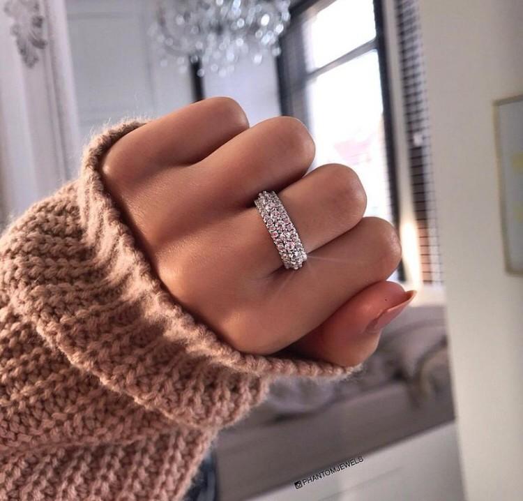 Влюбилась в кольцо.