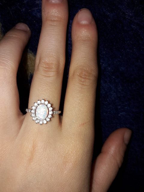 Серебряное кольцо с опалами и фианитами.