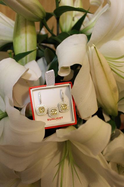Брала серьги в комплекте с кольцом. на вид смотриться как белое золото.