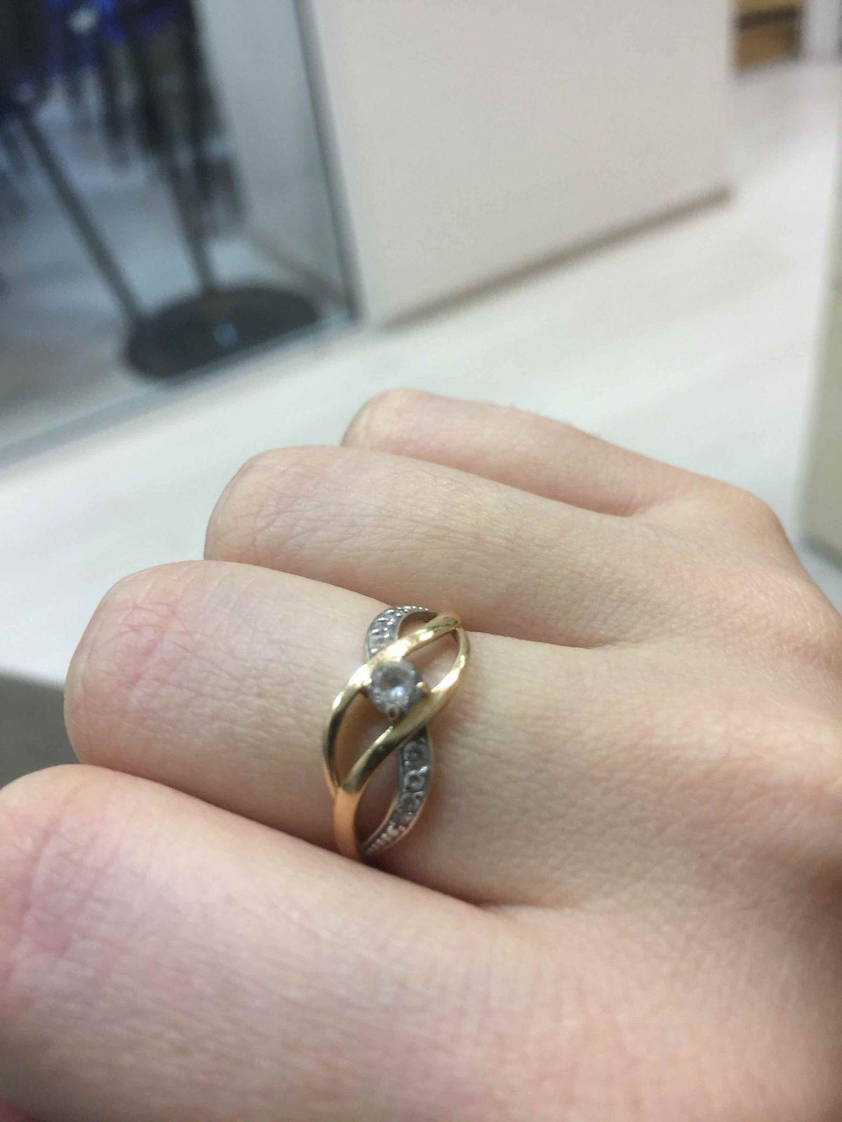 Золотое кольцо с фианитами аккуратное, женственное, на каждый день