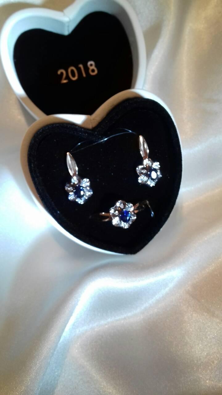 Серьги и кольцо с бриллиантами и сапфирами.